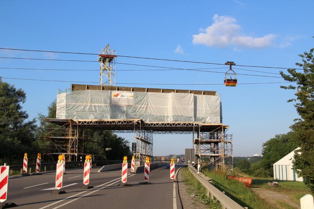 Die Transportseilbahn überquert unter anderem die Bundesstraße bei Dotternhausen. Eine Schutzbrücke sorgt für Verkehrssicherheit.