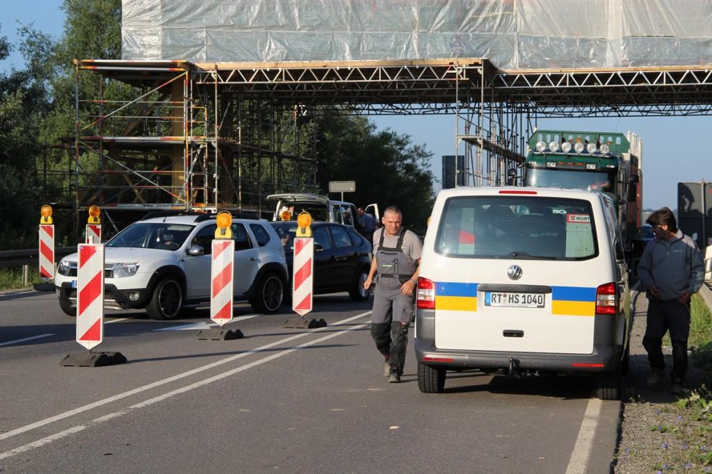 Nur nicht den Verkehr aufhalten! Ein enger Terminplan sorgte dafür, dass die Verkehrsbeeinträchtigung durch die Sanierung der Schutzbrücke möglichst gering ausfiel.