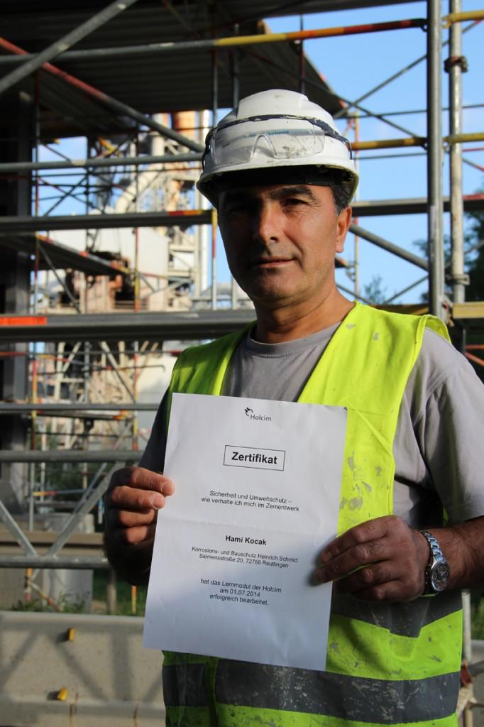 """Vorarbeiter Hami Kocak arbeitet seit 1981 bei Heinrich Schmid. In Dotternhausen sorgt er für die Einhaltung der Sicherheitsvorschriften. """"Sicherheit und Umweltschutz – ohne dieses Zertifikat des Auftraggebers darf niemand hier arbeiten."""""""